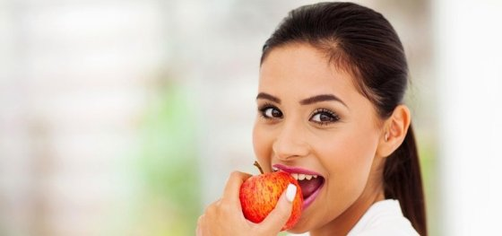 SmilingWomanEatingApple-850x400